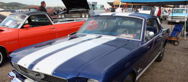 1966 Ford Mustang auf dem Pomona-Swapmeet (Los Angeles, Kalifornien im März 2013)